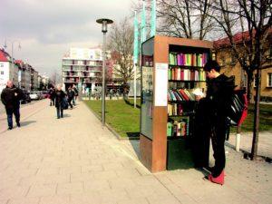 bookcase-681046_1280